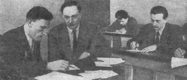 Профессор М. С. Нейман (второй слева) принимает экзамен по курсу «Радиопередающие устройства» у студента группы Р-4-22 В. Понкратова. «Пропеллер», №23 от 30 мая 1950 г. Фото Н. Егорова